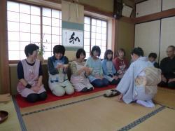 世代間交流事業(茶道体験)の様子