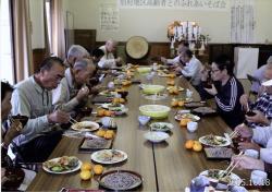 世代間交流事業(高齢者とのそば会)の様子