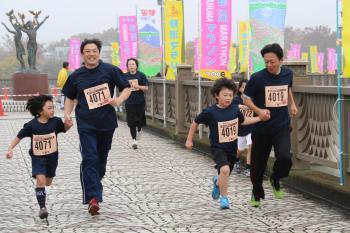 秋の砂沼湖畔を走り抜ける「第28回砂沼マラソン大会」