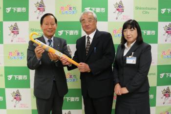 下妻地区交通安全協会から新小学1年生に「反射材付き学童黄傘」寄贈