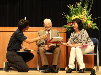 敬老福祉大会で県内最年長男性の飯田酉之助さんを祝う